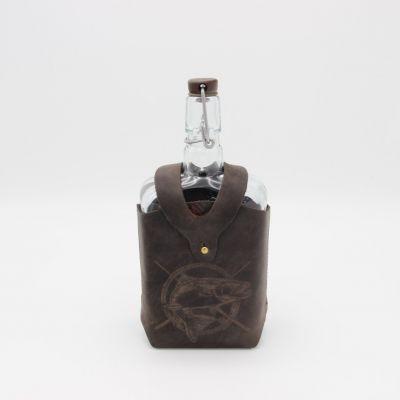 """Бутылка """"Малек в кожаном чехле с тиснением Рыба"""" 0.75 л. Стеклянная бутыль для вина 750 мл"""